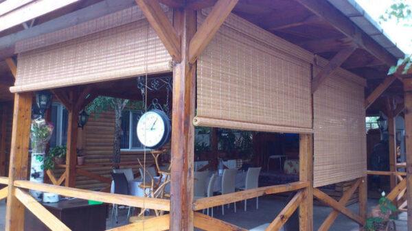 Бамбуковые жалюзи симпатично смотрятся в деревенских и восточных стилях интерьера