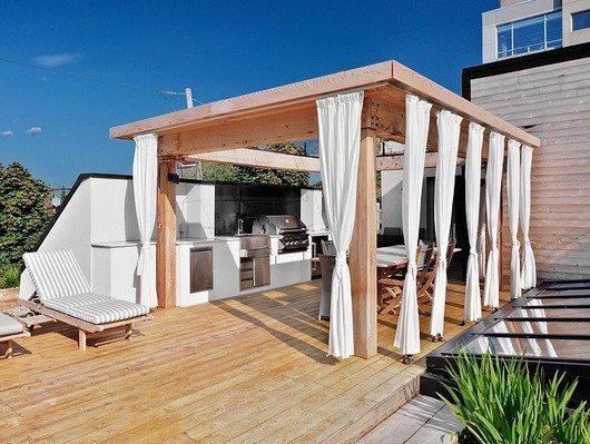 Белоснежные шторы помогут придать беседке воздушность и защитят ее пространство от солнечных лучей.