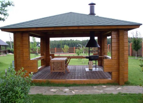 Беседка — идеальное место для приёма гостей летом на даче