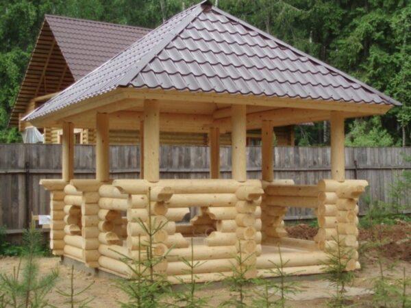Беседка из дерева не отличается особой простой постройки, зато её внешний вид всегда на высоте