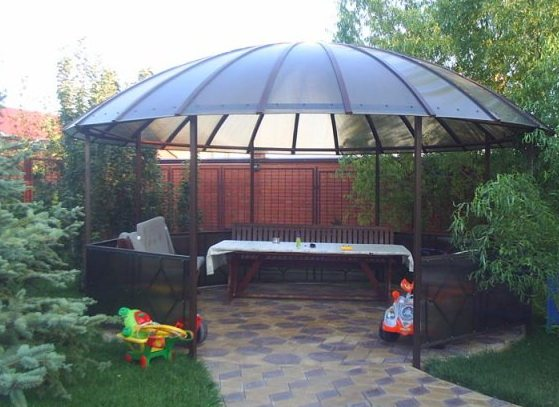 Беседка из поликарбоната, с металлическим каркасом в форме купола