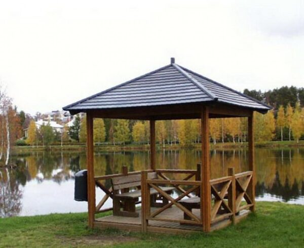 Беседка на берегу озера.