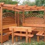 Беседка с деревянной мебелью