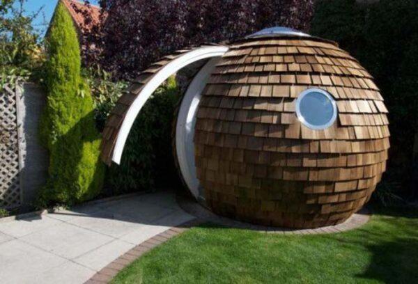 Беседка в форме гигантского кокоса будет кстати не только на детской площадке, но и на приусадебном участке