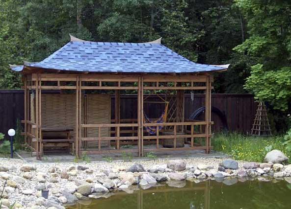 Беседки в восточном стиле строятся в виде небольших пагод.