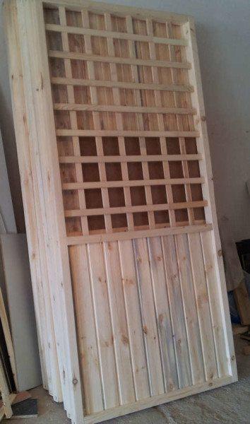 Благодаря готовым секциям сборка деревянной беседки производится очень быстро