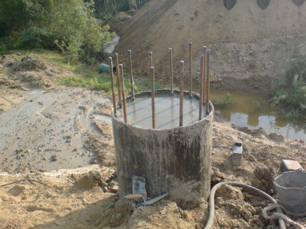 Буронабивная армированная скважина после заливки цементного раствора