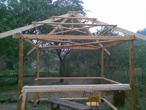 Четырехскатная крыша с обрешеткой