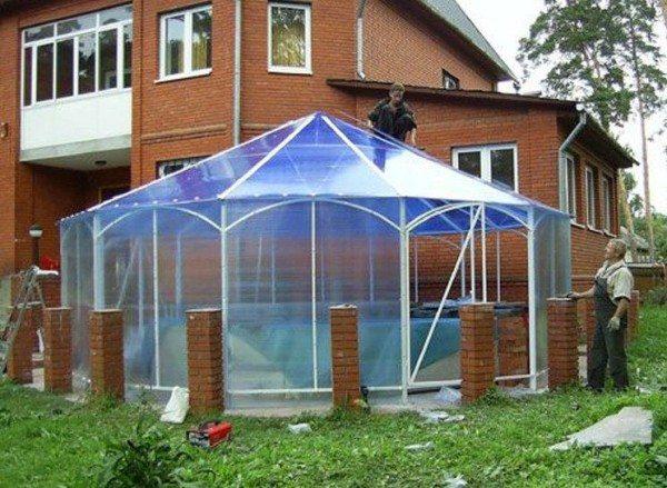 Даже самая сложная крыша легко кроется с помощью поликарбоната