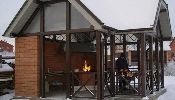Даже зимой барбекю готовить приятнее в беседке, чем под открытым небом