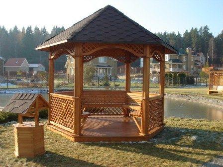 Деревянная беседка на дачу, да на берегу озера, что может быть лучше, и малая площадь ничуть не помешает отдыху
