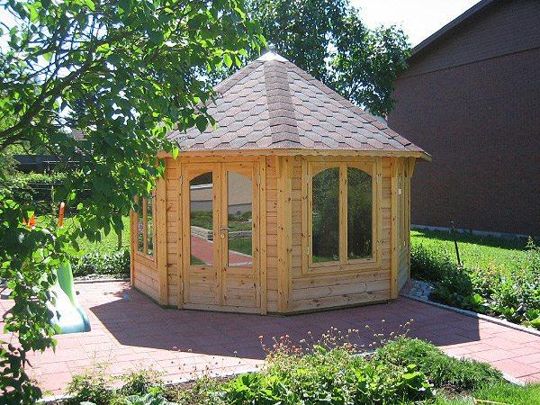 Деревянная многогранная постройка