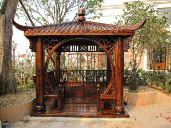 Деревянная постройка гармонично вписывается в интерьер сада
