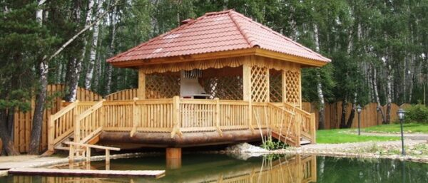 Деревянное строение на берегу водоема