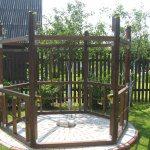 Деревянный каркас с металлическими крепежными элементами укрепит постройку.