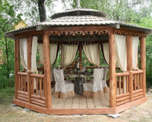 Деревянный пол, занавески, чайный столик – один из вариантов оформления конструкции