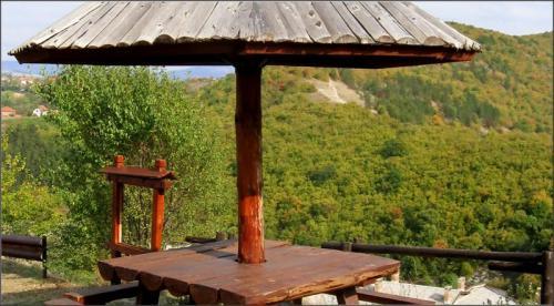 Деревянный столик для трапезы