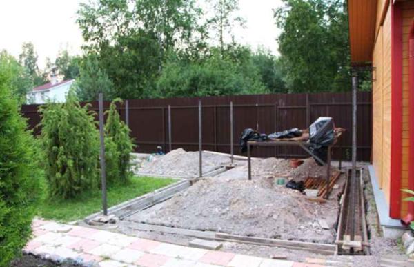 Для каменного навеса необходима прочная железобетонная основа.