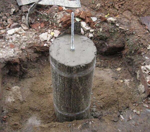 Для крепления деревянной обвязки в столб монтируется шпилька с резьбой.
