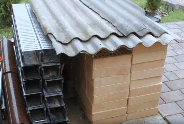 Для защиты стен предусмотрена ливневая и дренажная канализация по всему периметру.