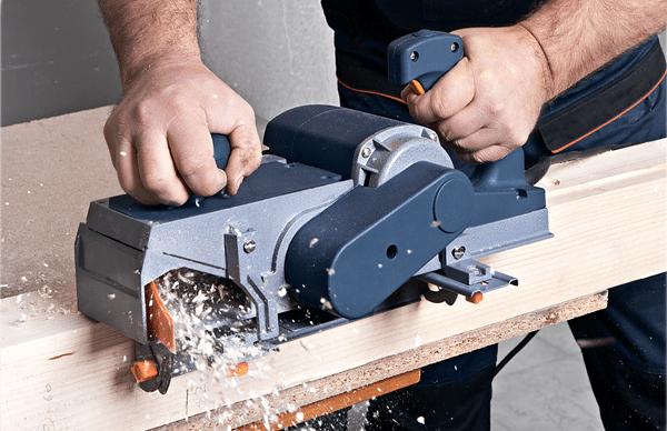 Древесина легко обрабатывается простым инструментом
