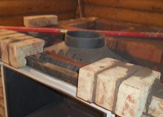Дымоход может быть оформлен в виде металлической трубы, обложенной кирпичом