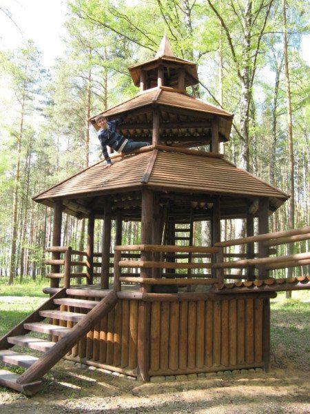 Эффектно сооружение из дерева с крышей в несколько ярусов.