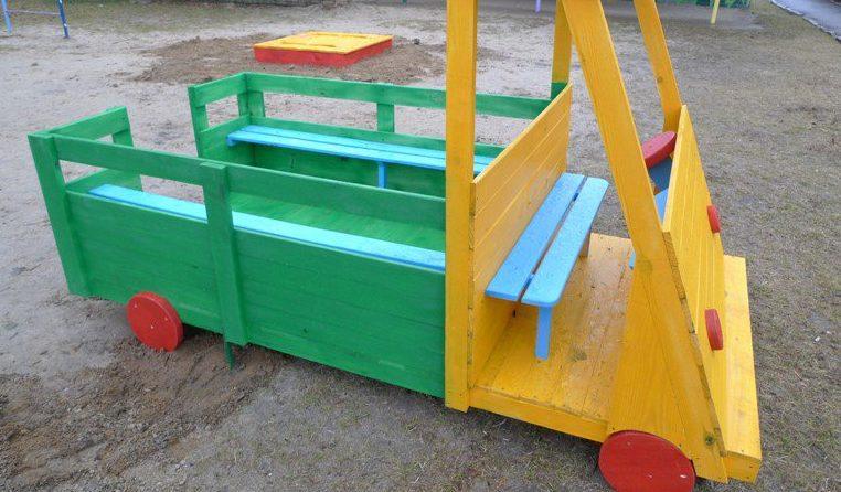 Еще недавно беседки в форме грузовика встречались на каждой детсадовской площадке. Сегодня же они встречаются реже и от того выглядят необычно