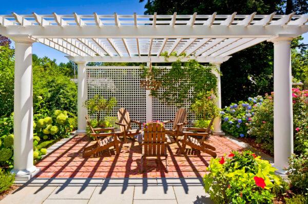 Если нет желания тратиться на капитальную крышу, постройте односкатную перголу, чтобы укрыть тканевым тентом стулья, диван или даже бассейн