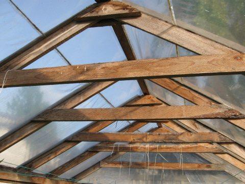 Если вы решили отреставрировать крышу на своей беседке, обязательно замените все сгнившие и треснувшие элементы