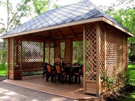 Эта дачная деревянная беседка – образец солидности, вот только уместно ли такое строение на даче, если, конечно, его не строил для себя игрок в покер