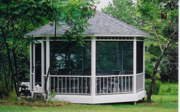 Этот стройматериал экологически чист, а постройки из него не нуждаются в утомительном уходе.