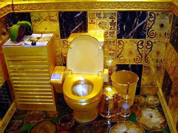 Золотой унитаз - это показатель отсутствия какого-либо вкуса