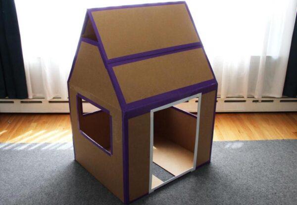 Этот вариант будки из коробок может подойти даже собаке средней породы