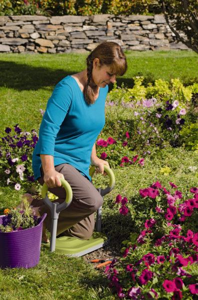 При работе в саду или огороде необходимо использовать наколенники или специальную скамейку-стул