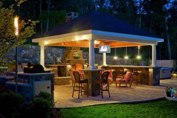 Фонари над барной стойкой как вариант местного освещения.