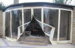 Хозяева этой конструкции предпочли сделать «мягкие окна» на молнии