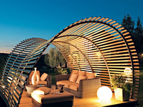 Просвечивающая решетка такого помещения придаст вашему отдыху тепло и солнечность в яркий летний день
