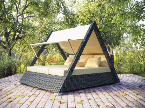 Треугольная беседка со спальным местом