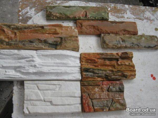 Декоративная плитка будет выигрышно смотреть на камине