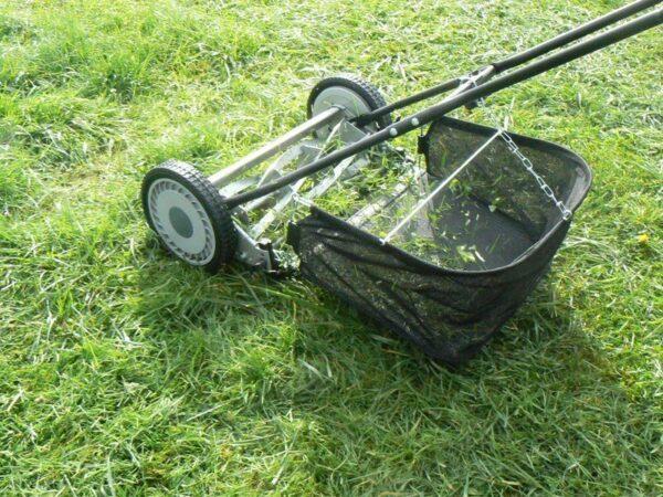 Для кошения вашего газона лучше использовать косилку на колёсиках