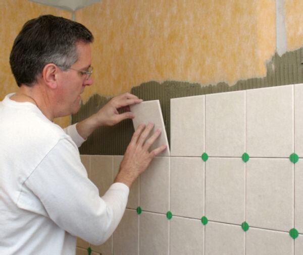 Плитка на стену гораздо легче, чем для пола, поэтому толщина клея будет значительно меньше