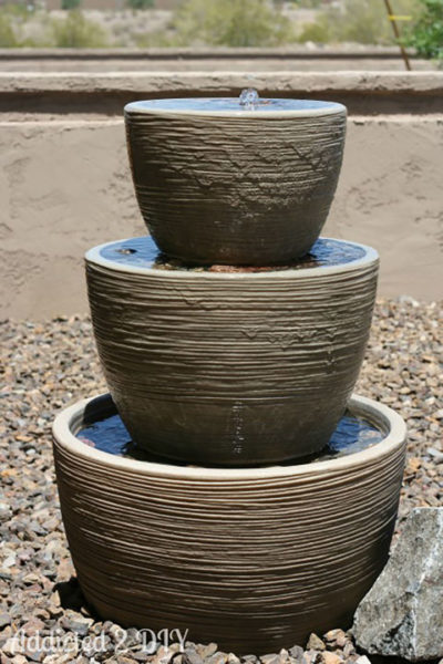 Трёхъярусный фонтанчик из разных по размеру горшочков