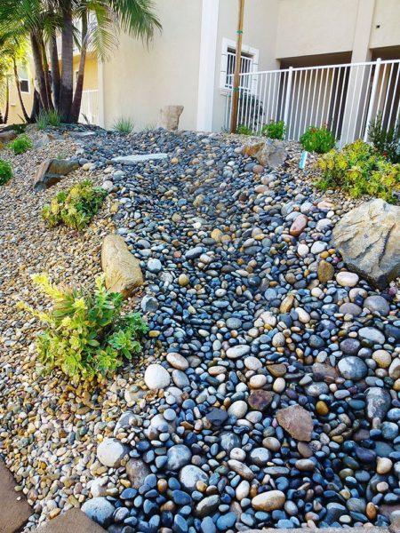 Не нужно поливать камни каждые десять минут, можно их просто покрыть лаком, создавая живой ручей