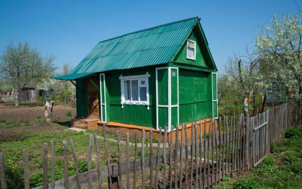 Маленький дачный домик с небольшим земельным участком для посадки растений