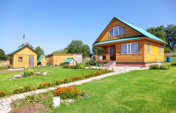 Дачный участок с постройками для ведения хозяйства