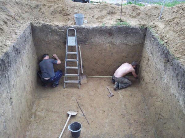Рытье котлована для погреба