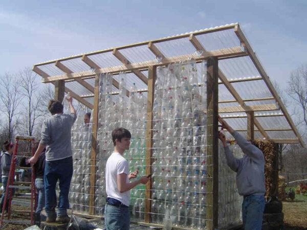 Изготовление стен беседки из пластиковых бутылок