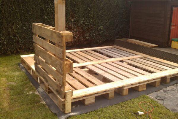 Вместо бруса можно взять деревянные поддоны