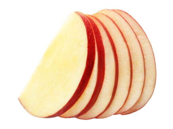 Перед тем как приступить к засушиванию яблок, очищаем их от сердцевины и нарезаем на дольки